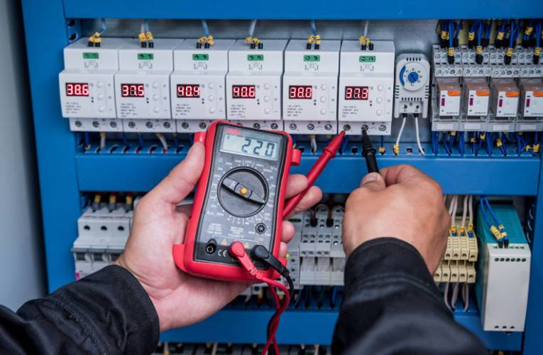 Jak zmierzyć natężenie prądu miernikiem?